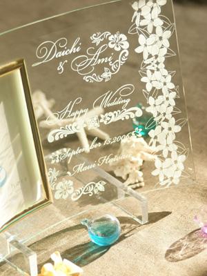 結婚祝い・結婚記念に、高級感のあるガラスフォトフレームの彫刻部分のアップです